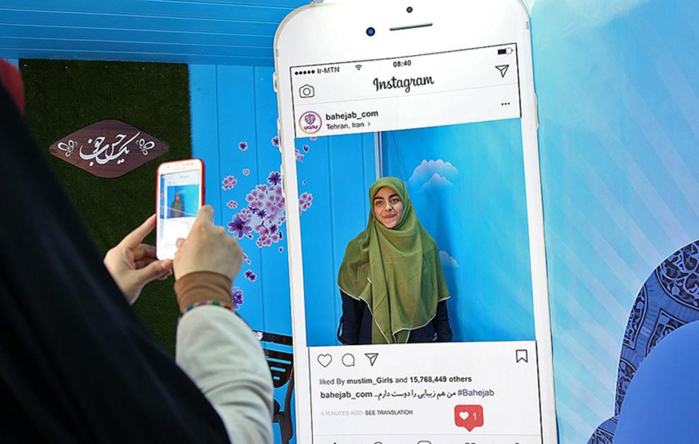 عکس با حجاب جدید و روسری اهدایی از طرف غرفه یک حس خوب در غرفه پاساژ کوروش