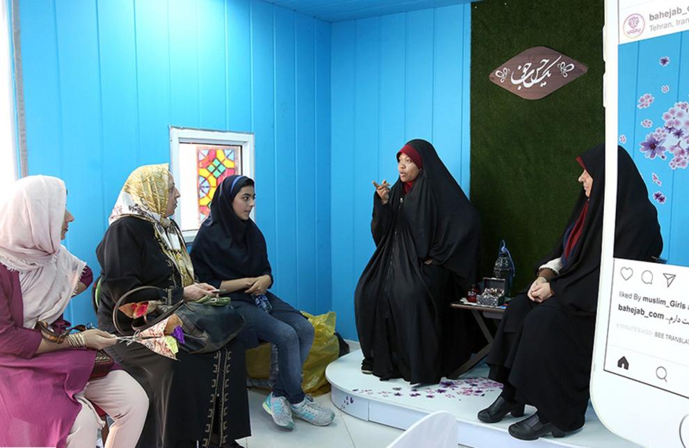 صحبت های خانم تازه مسلمان شده با مراجعین در غرفه پارک میعاد