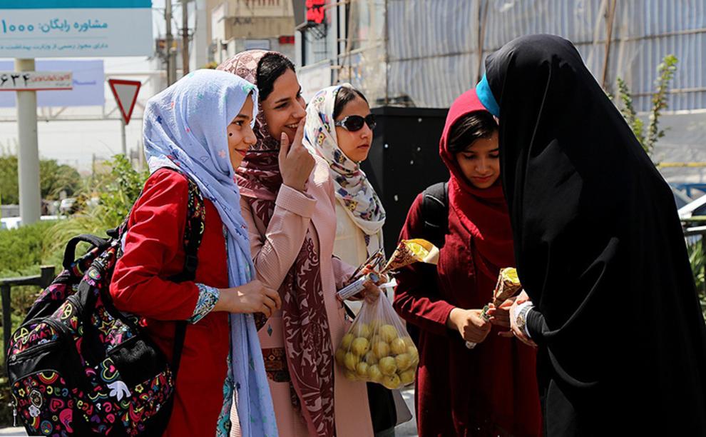 صحبت مسئول غرفه با چندین دختر جوان در غرفه میدان پونک
