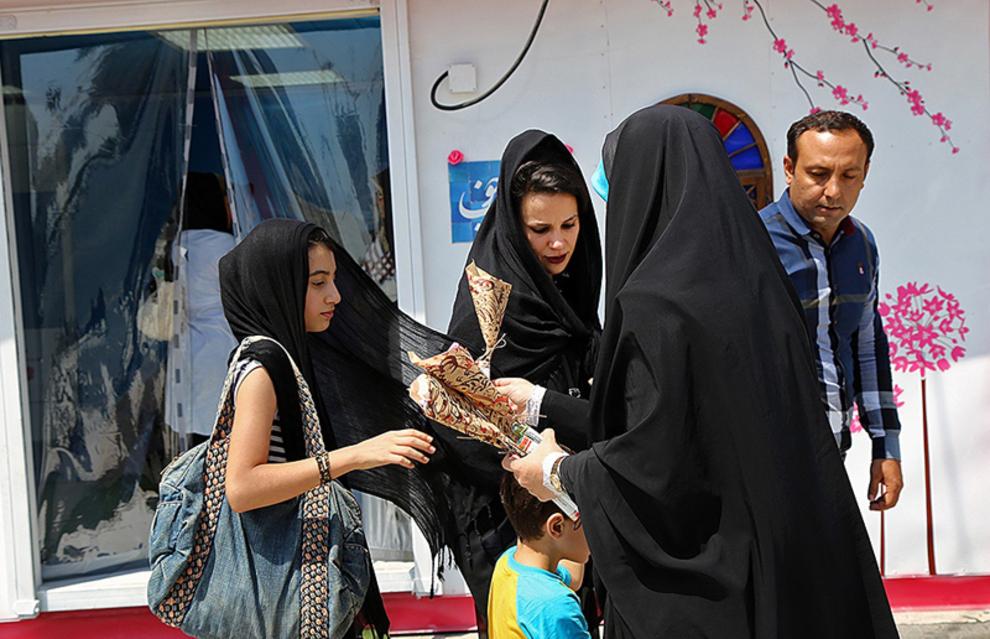 اهدای گل به افراد خانواده در میدان پونک