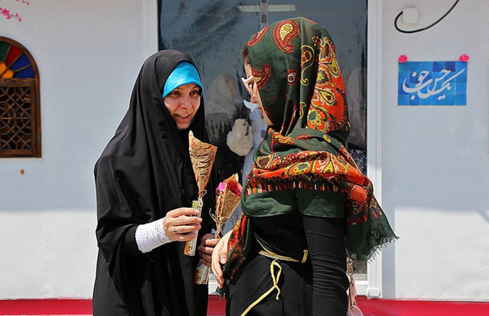 اهدای گل به رهگذران در میدان پونک