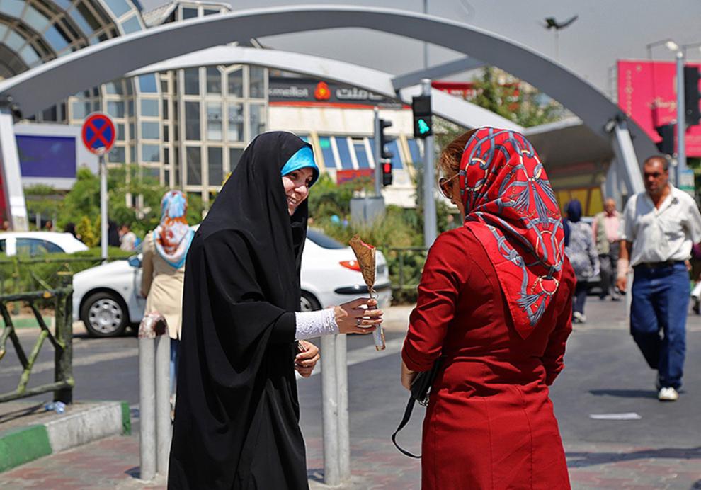 اهدای گل به رهگذران روبروی بوستان میدان پونک
