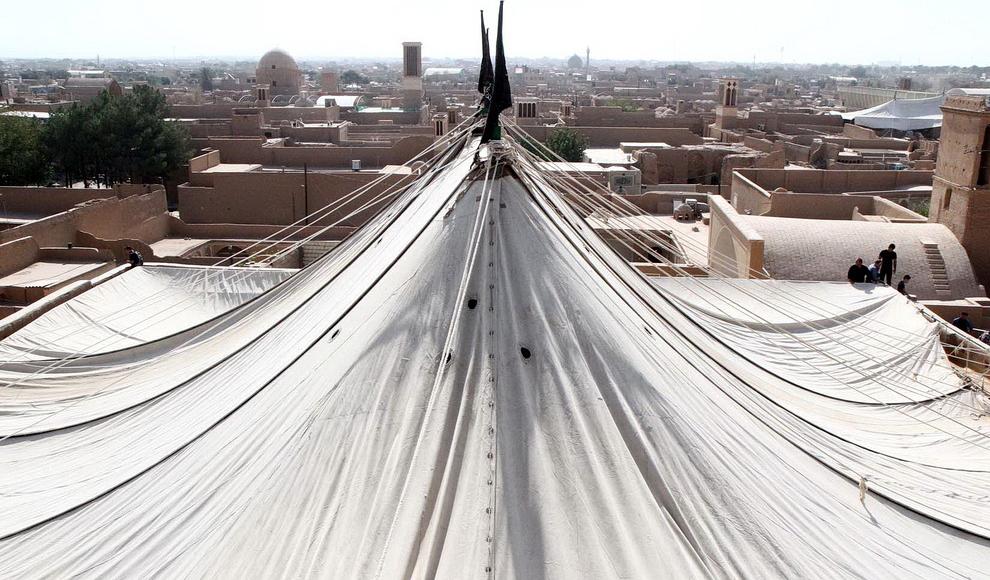 برافراشتن پوش حسینیه فهادان در یزد. (ایرنا/ مسعود میرجلیلی)