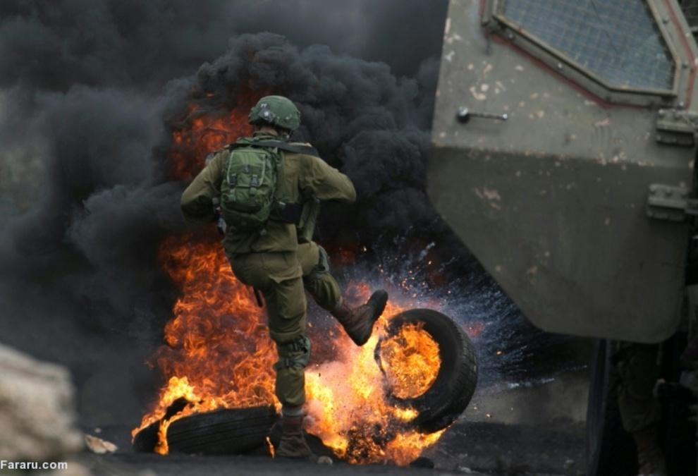 سرباز اسرائیلی در تلاش برای مقابله با تظاهرات مردم فلسطین