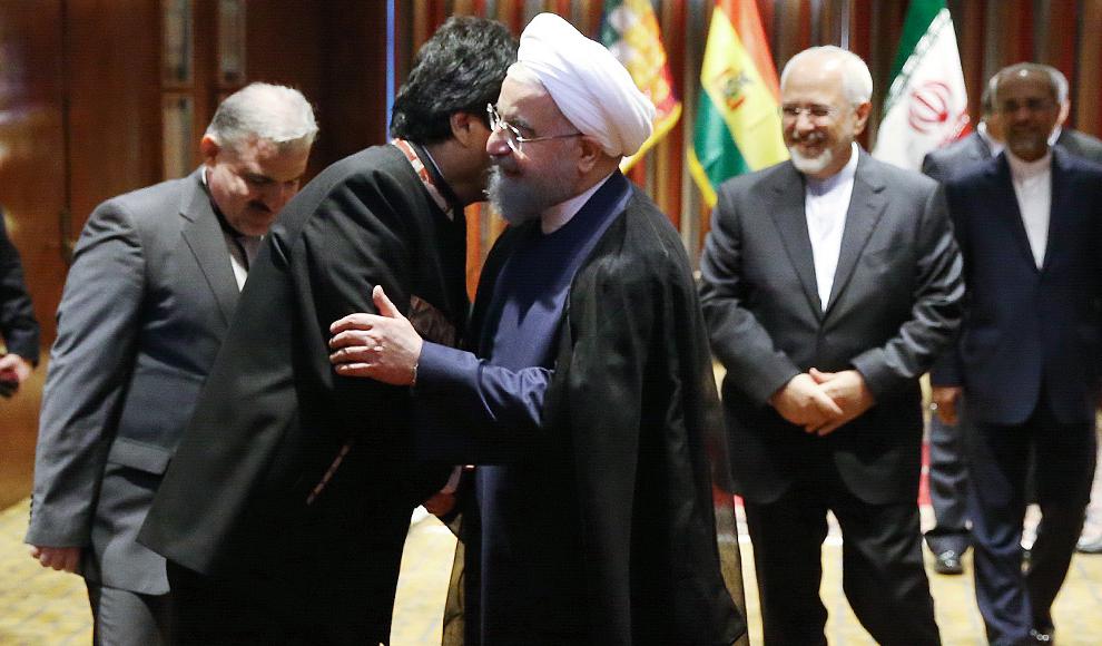 برافراشتن خیمه های حسینی در شهر زرقان. (ایرنا/ رضا قادری)