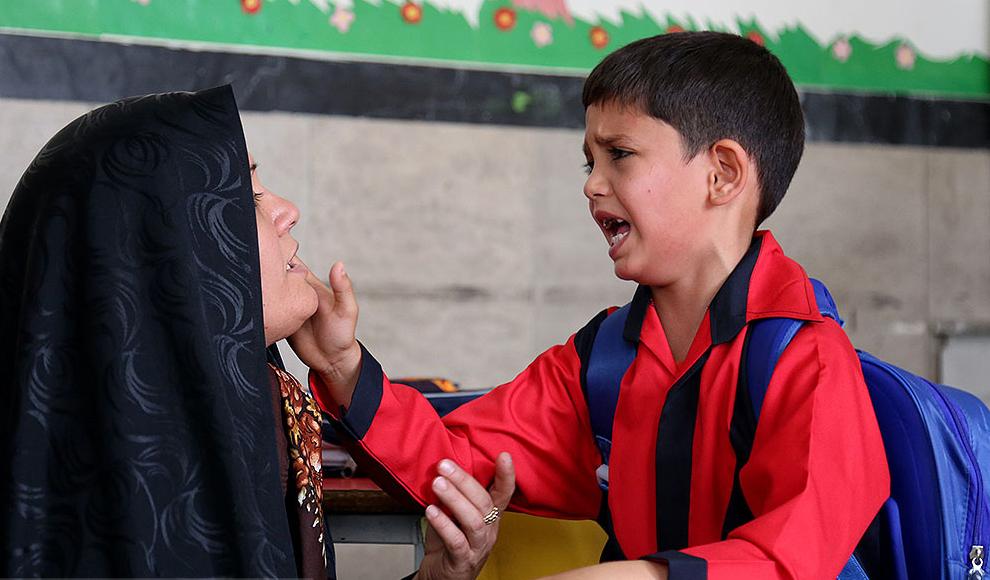 زدن زنگ مدرسه کودکان کار توسط هانیه توسلی. (هنرآنلاین/ رامونا میریان)