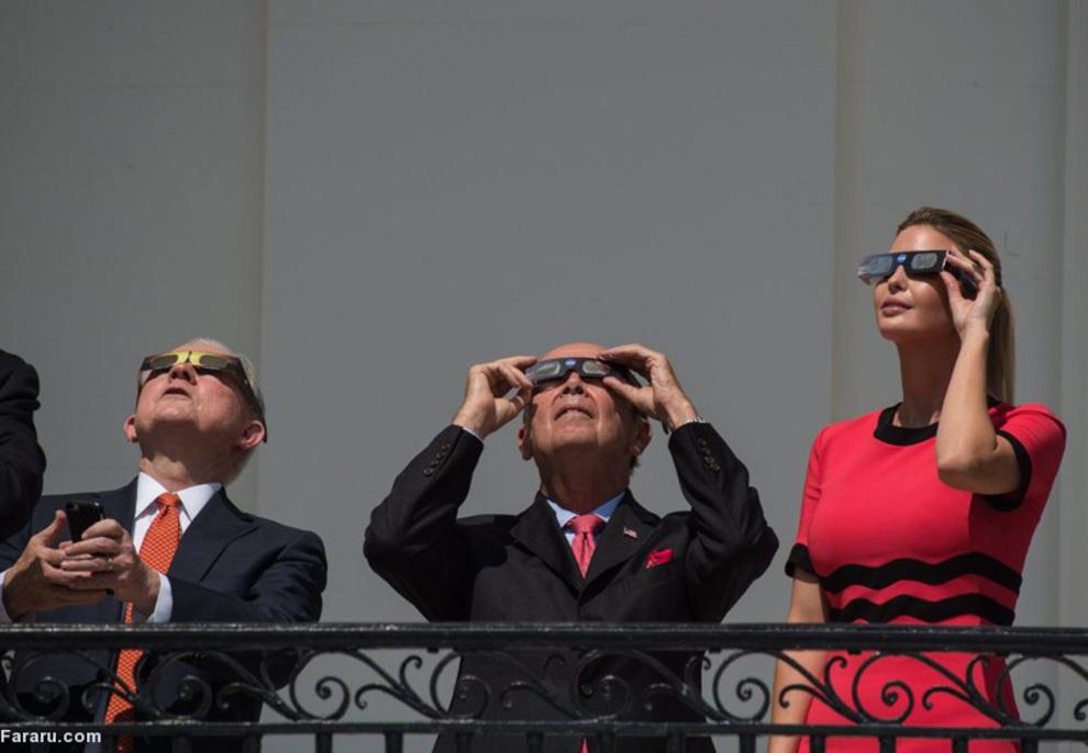 ایوانکا ترامپ در حال تماشای خورشید گرفتگی از بالکنی در کاخ سفید؛  به گفته ناظران سیاسی ایوانکا و همسرش از نفوذ زیادی روی رئیس جمهور امریکا دارند تا حدی که برخی برکناری استیو بانن استراتژیست ترامپ را به آنها نسبت می دهند.