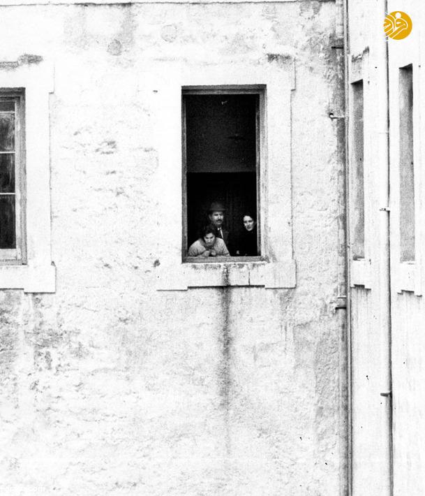 فرانکا و خانواده اش در مقابل پنجره