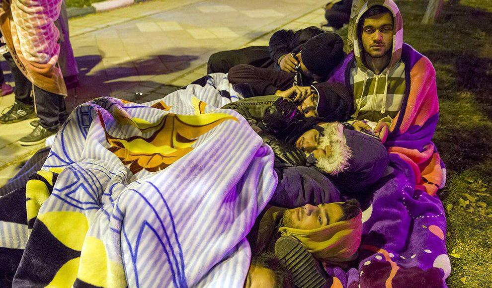 حضور مردم همدان در سطح شهر پس از وقوع زلزله. (مهر/ رضا زنگنه)