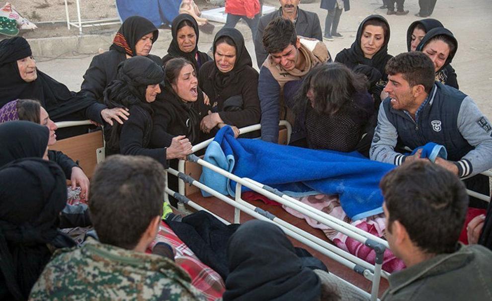 بستگان قربانیان زلزله در ایران (رویترز)