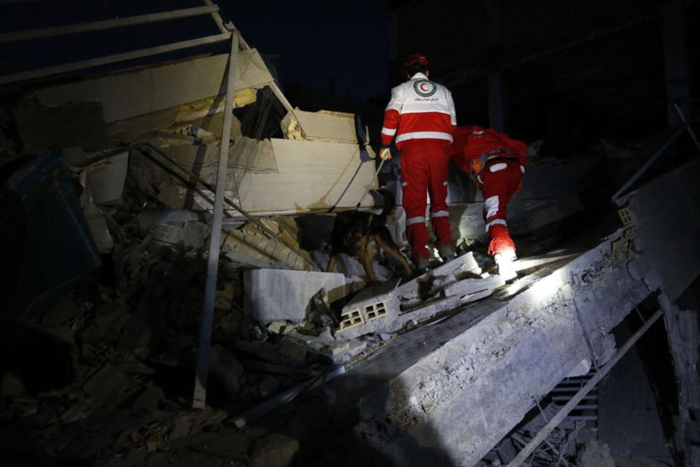 امدادرسانان در جستجوی قربانیان زلزله در ایران (خبرگزاری فرانسه)