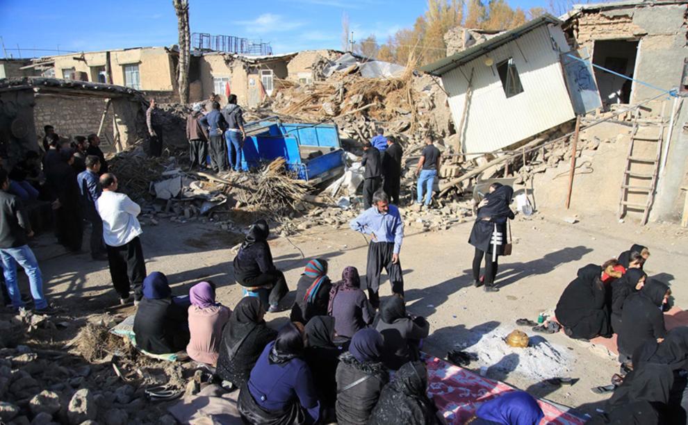 """(تصاویر) خاکسپاری قربانیان زلزله در """"دهجامی"""""""