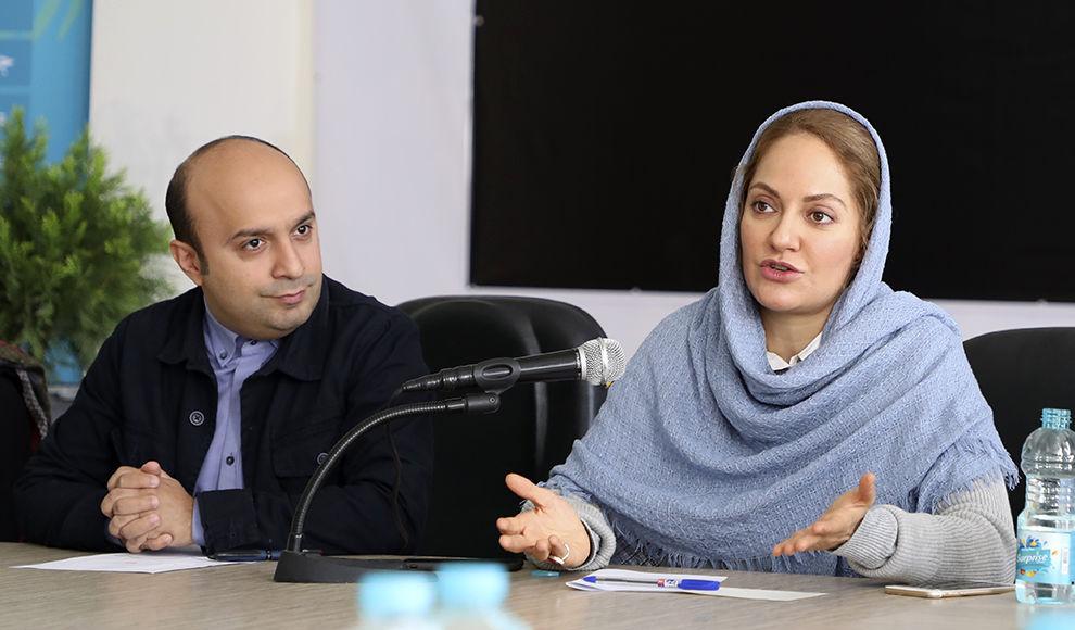 تقدیم نخستین اکران مردمی فیلم «انزوا» به جمشید هاشمپور. (سینما تیکت)