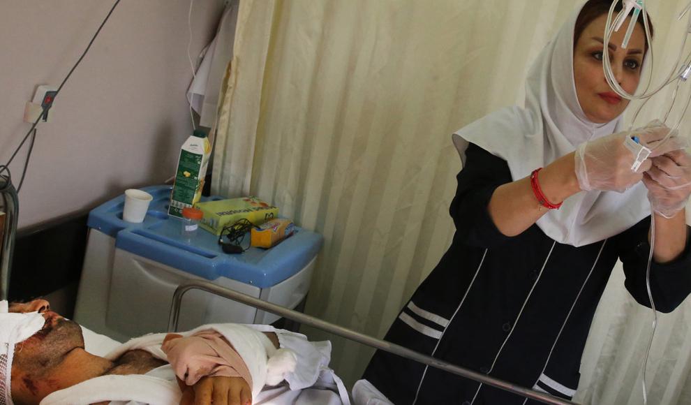 عیادت روحانی از مصدومان زلزله در بیمارستان طالقانی کرمانشاه. (ایرنا/ محمدرضا علیمحمدی)