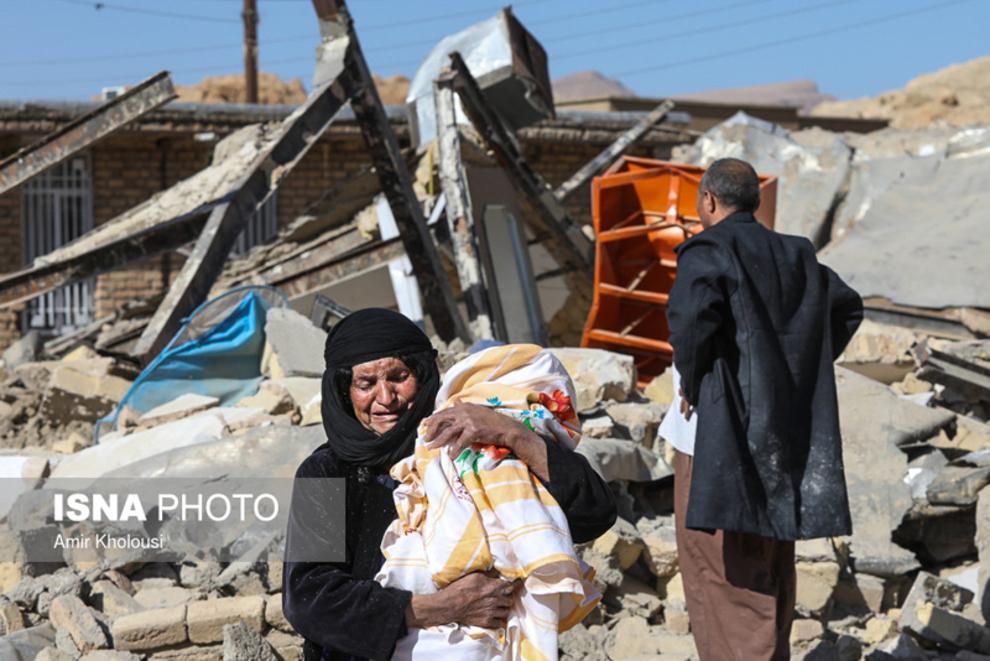 فرهاد صفری از اهالی روستای تپانی دشت ذهاب در مقابل ویرانه خانه اش