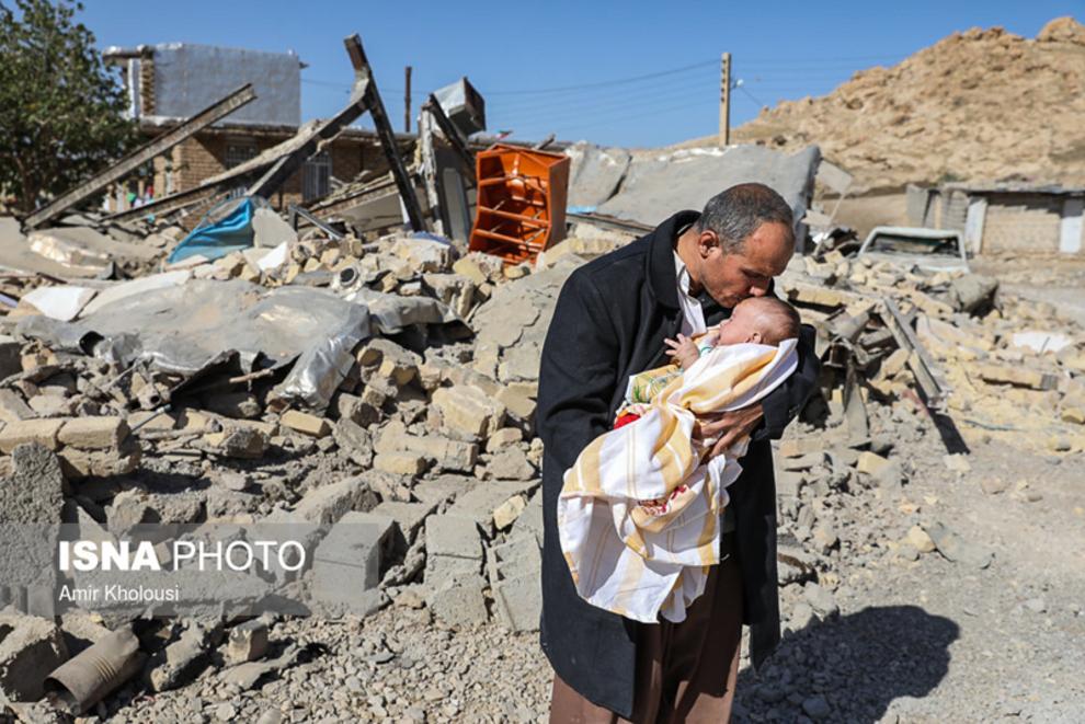 فرهاد صفری دو فرزند از سه فرزندش و همسرش را در زلزله از دست داده است.