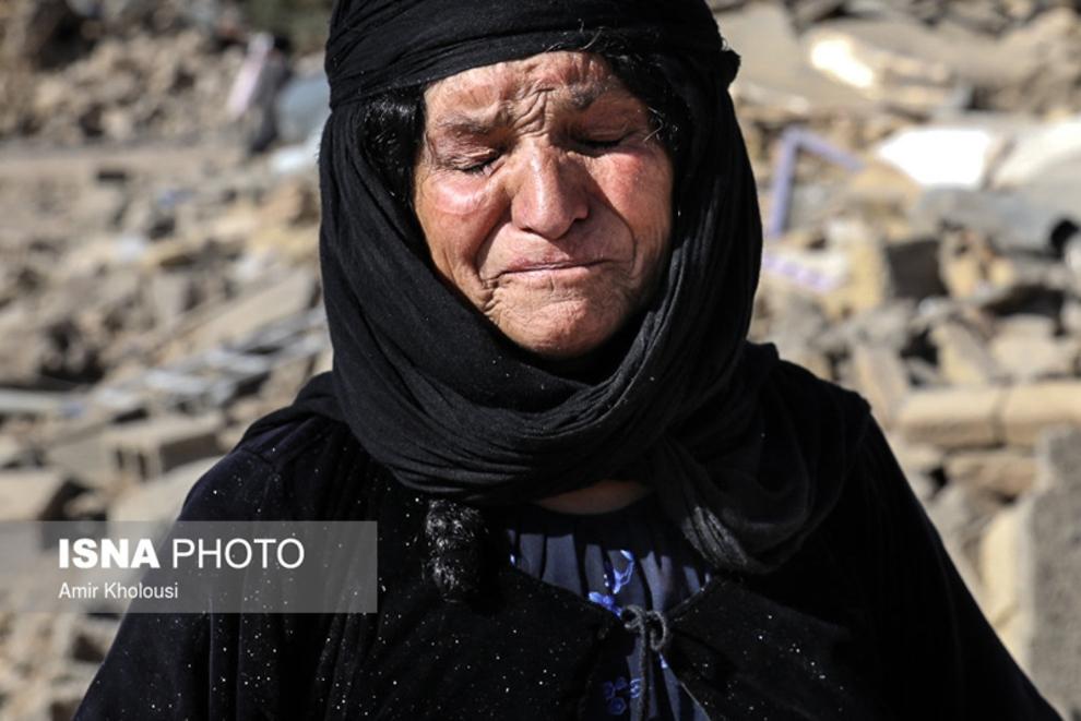 مادر فرهاد صفری از اهالی روستای تپانی دشت ذهاب که عروس و دو نوهاش را در زلزله از دست داده است.