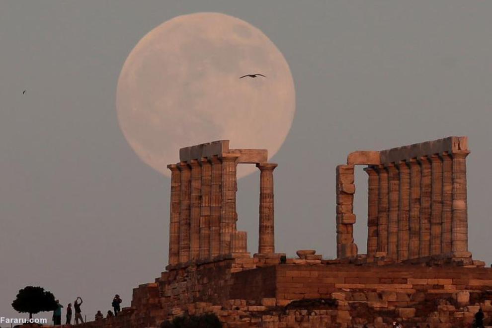 ماه کامل در معبد پوزیدون، خدای دریادر یونان باستان، در شرق آتن