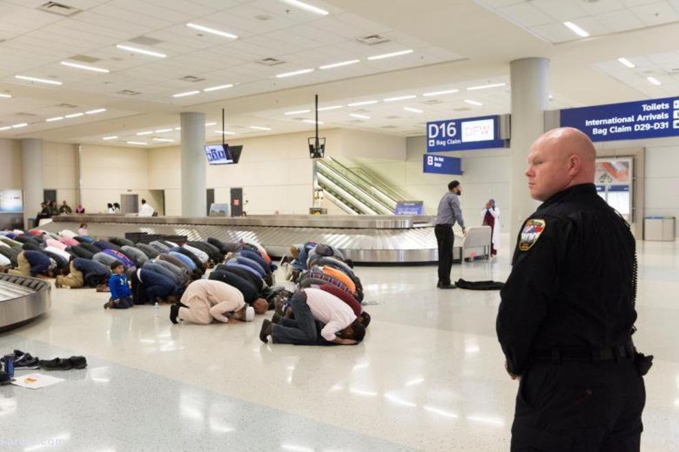 نماز جماعت مسلمانان در فرودگاه تگزاس پس از فرمان منع مهاجرات اتباع هفت کشور به آمریکا