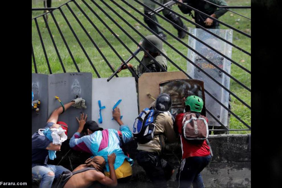 درگیری تظاهرکنندگان ونزوئلایی علیه مادورو با پلیس ضد شورش