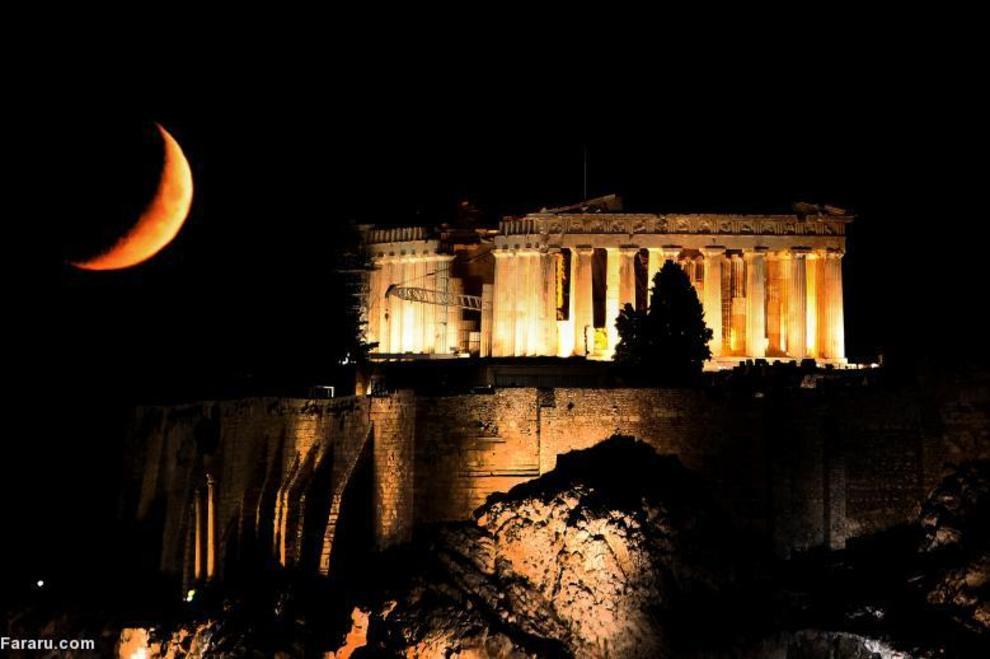 هلال ماه در پشت معبد پارتنون در بالای تپه آکروپلیس  در آتن