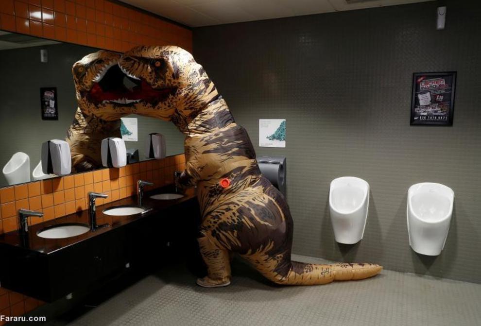 شوخی یک بازدید کننده مقابل آینه در سیرکی در لندن