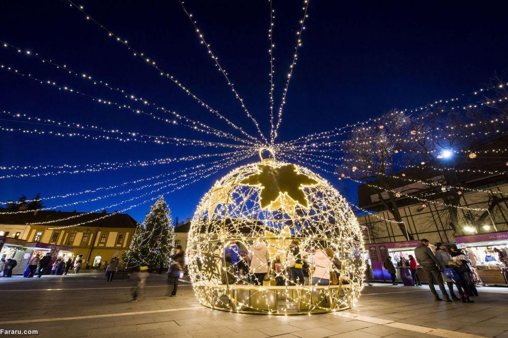 توپ کریسمس در خیابان شهر هنگریش در مجارستان