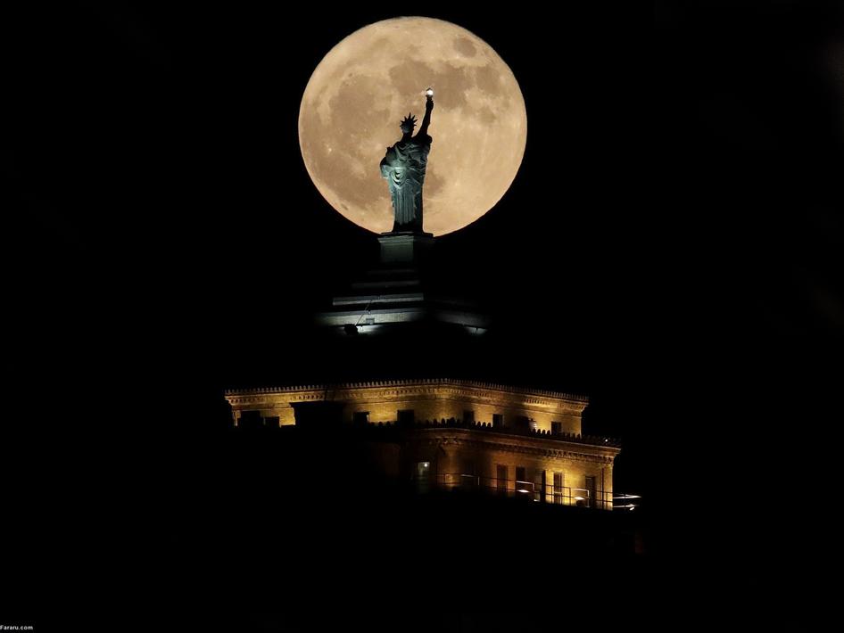ابرماه مقابل مجسمه آزادی در نیویورک