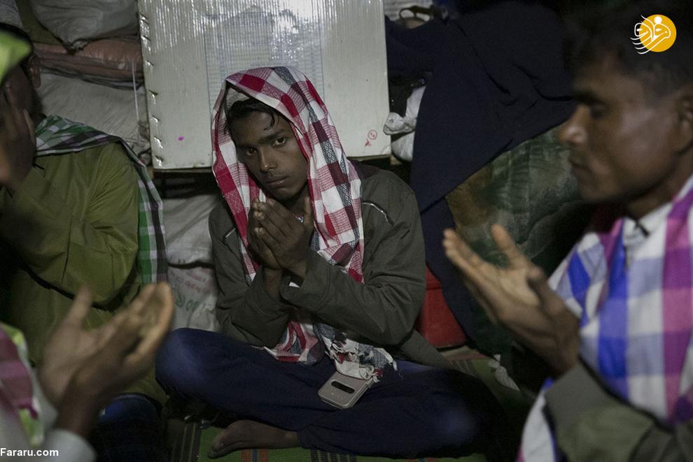 رائید آلام، 20 ساله با خانوادهاش به بنگلادش آمده است. او میگوید نظامیان میانماری به روستایشان حمله کردند و خانهها را به آتش کشیدند و زنان را مورد تجاوز قرار دادند