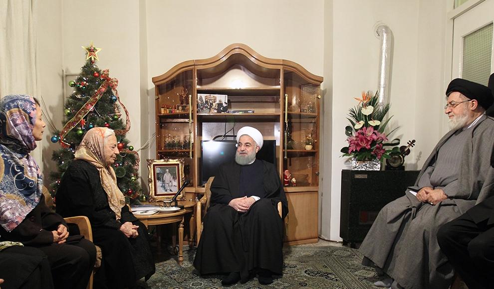 دیدار روحانی با خانواده شهید «ادوین شاهمیریان». (احمد معینی جم/ایرنا)
