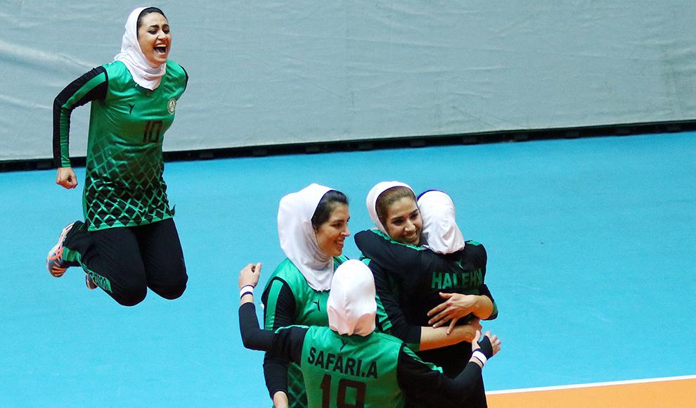 مراسم دریافت اولین حقوق زنان بهبود یافته سرای مهر. (ولی محسنی/ باشگاه خبرنگاران)