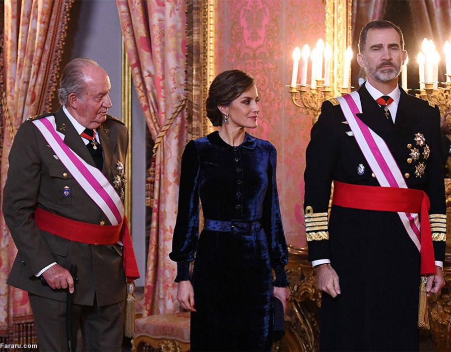 پادشاه پیشین اسپانیا در کنار پسرش و ملکه در روز جشن تجلی