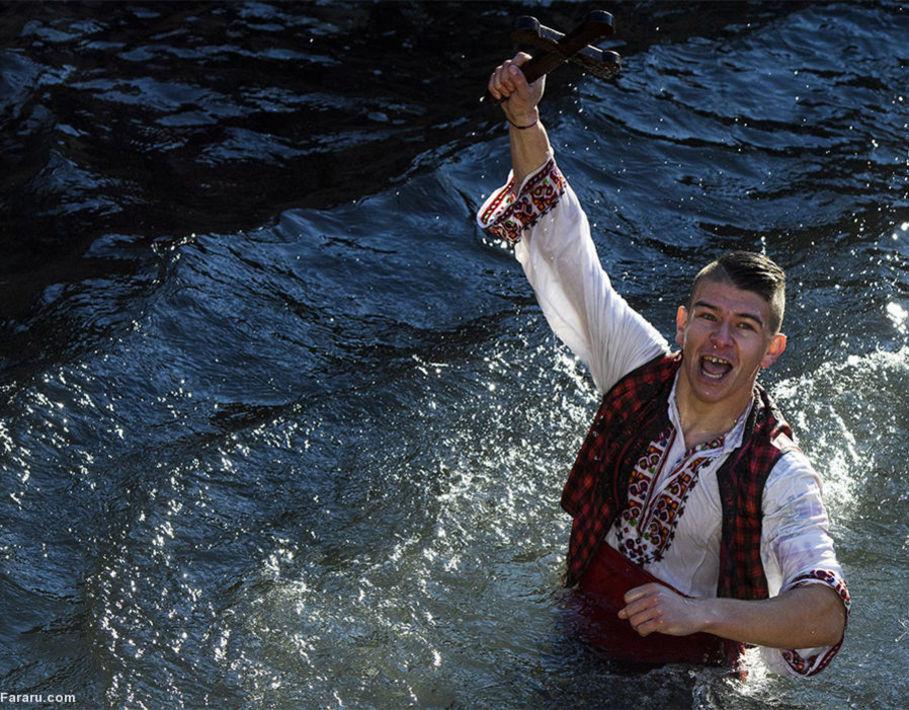 مرد بلغاری با نشان صلیب در رودخانه