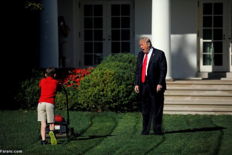ترامپ در کنار کودک ۱۱ ساله ای در حال چمنزنی در حیاط کاخ سفید است