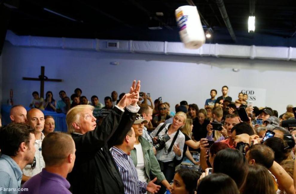 ترامپ در حال پرتاب رولهای دستمال کاغذی میان خسارتدیدگان طوفان ماریا