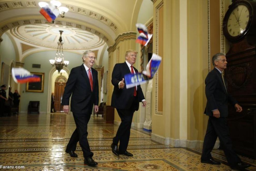 پرتاب پرچم روسیه از سوی معترضان به سمت ترامپ و مک کانل رهبر اکثریت مجلس سنا