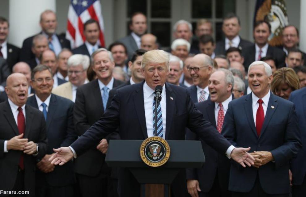 ترامپ در کنار مایک پنس و جمهوری خواهان کنگره در باغ رز کاخ سفید پس از لغو قانون خدمات درمانی اوباما