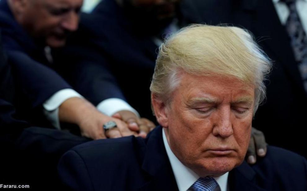 ترامپ در حال دعا کردن پس از طوفان هاروی در دفتر بیضی کاخ سفید