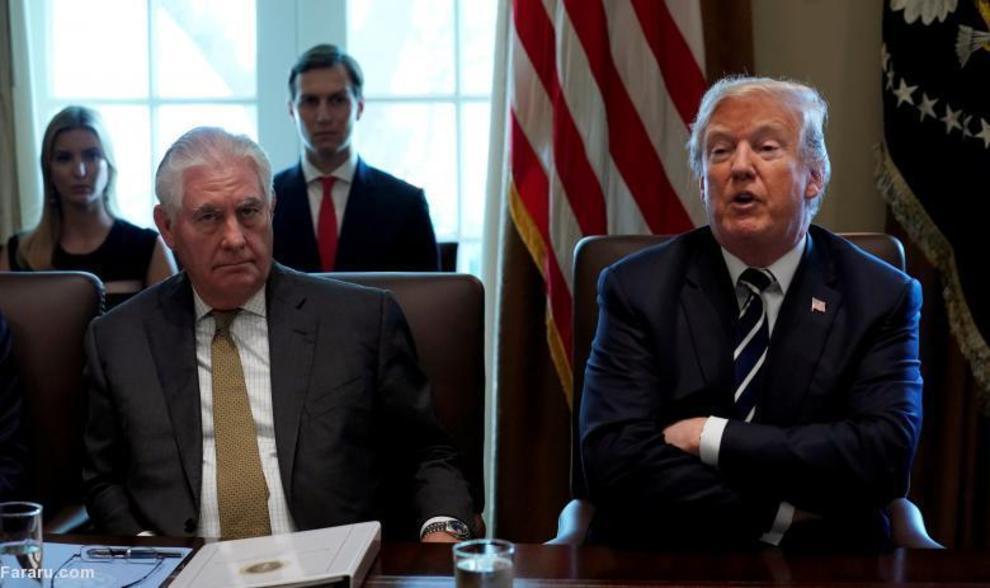 رکس تیلورسون (وزیر امور خارجه) در کنار ترامپ، در جلسه کابینه