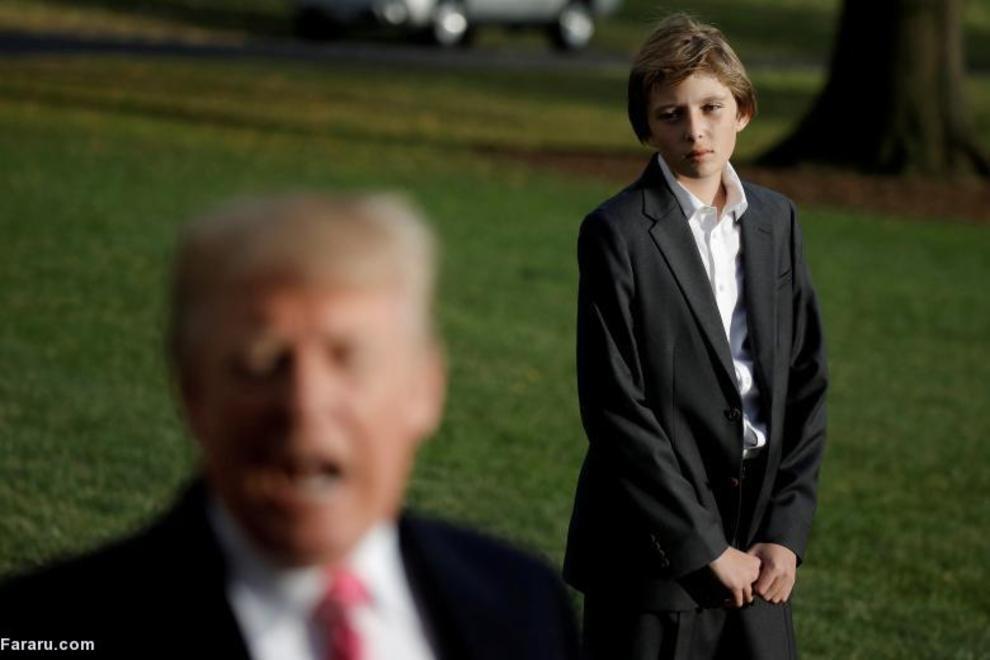 ترامپ در حال گفتگو با خبرنگاران با تصویری از کوچکترین فرزندش (بارون ترامپ) در پس زمینه