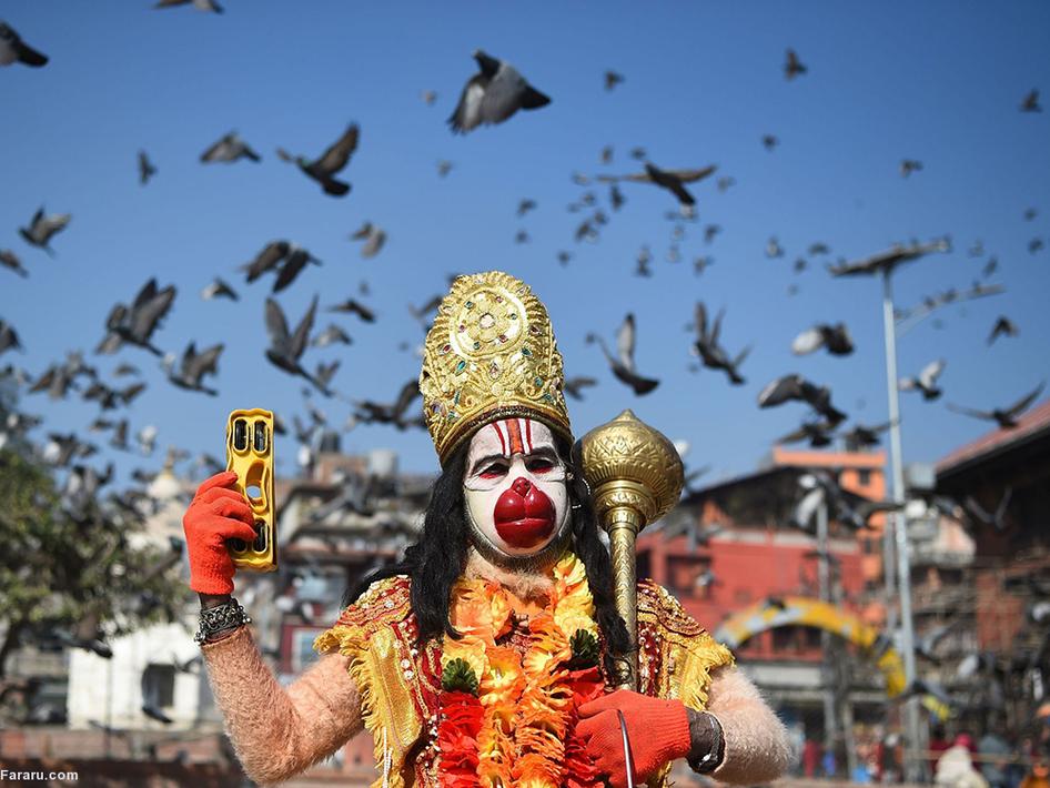 مردی که با لباس سنتی و ماسک پاپیه در یک جشن سنتی در دهکده آلپ، سوئیس. (ایی پی ای)
