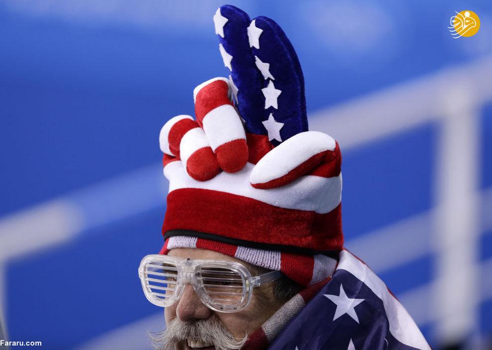 هواداری هنگام بازی هاکی بین کانادا و فنلاند در  بازی های المپیک زمستانی.