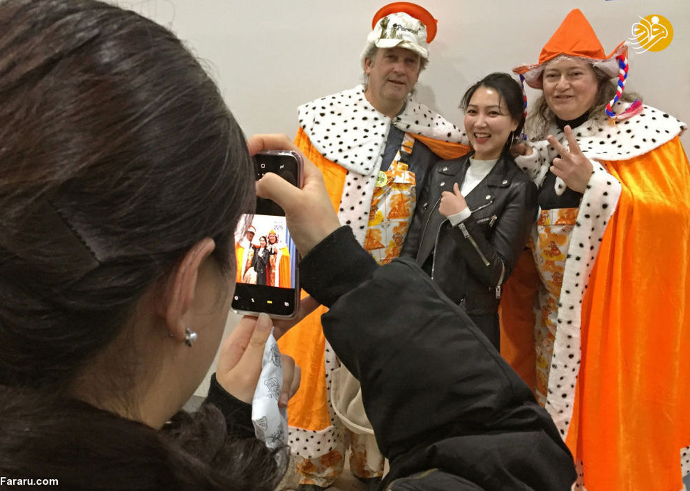 تماشاچیان کره ای در حال عکس گرفتن با هواداران هلند در بازی های المپیک زمستانی.