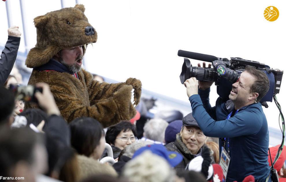 هواداری در لباس خرس در بازی هاکی کانادا-چک در بازی های المپیک زمستانی