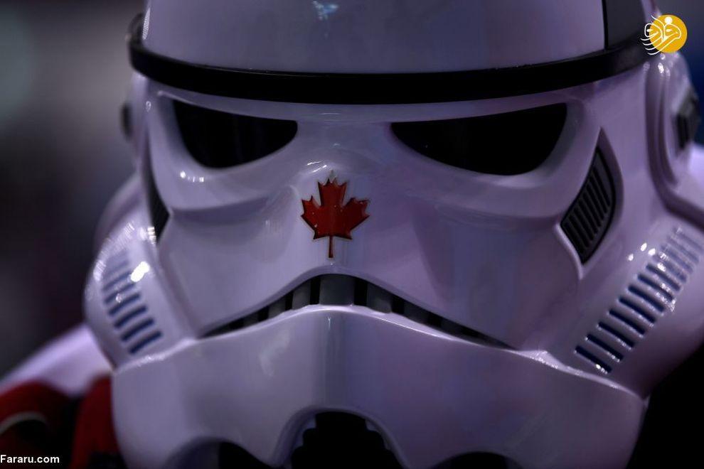 هوادار کانادایی در لباس ربات در بازی هاکی کانادا-آمریکا در بازی های المپیک زمستانی
