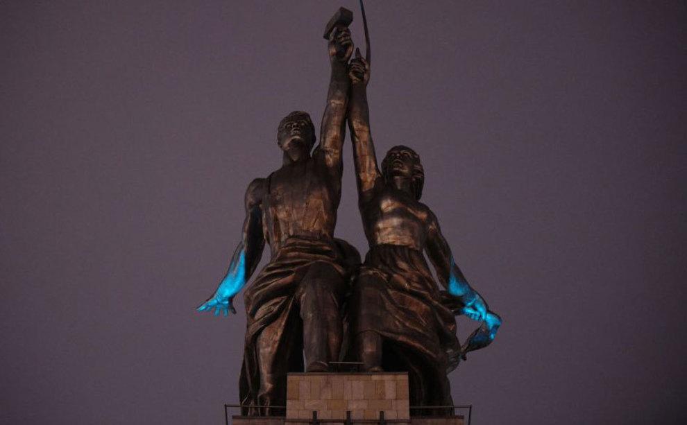 آبی رنگ شدن مجسمه ساختمان نمایشگاه مرکزی