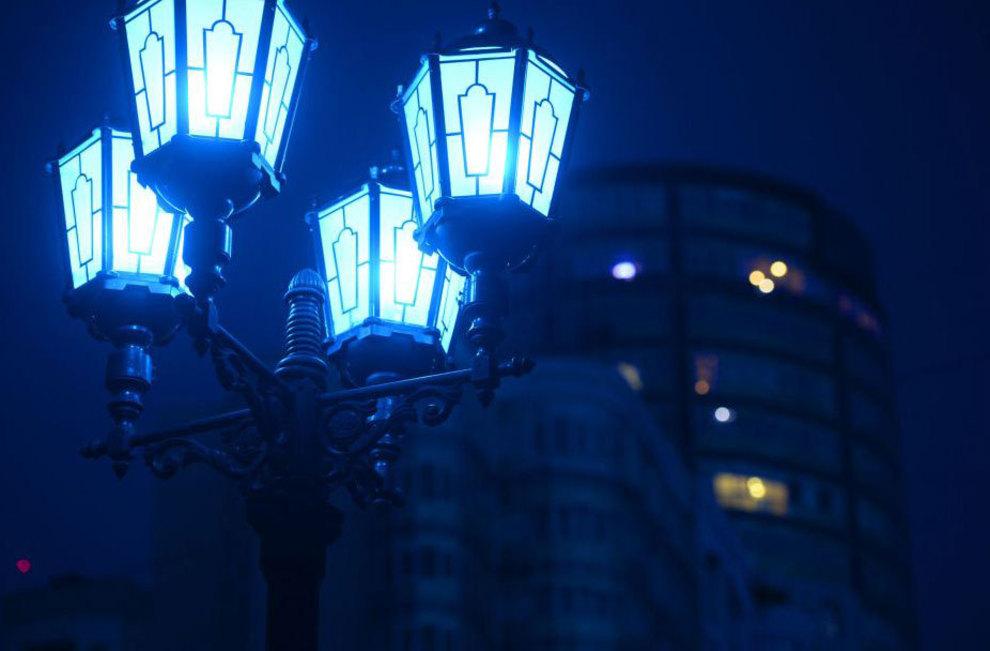 آبی رنگ شدن چراغ پیاده روی خیابان در شهر یکاترینبورگ روسیه