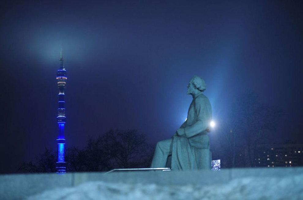 آبی رنگ شدن برج اوستانکینو در مسکو