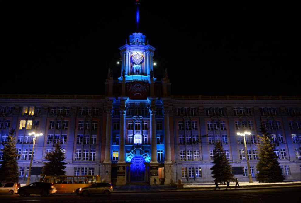 آبی رنگ شدن ساختمان اداری شهر یکاترینبورگ روسیه