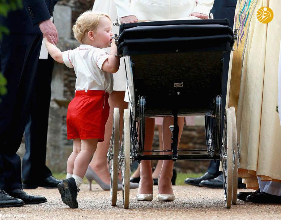 شاهزاده جرج در حال نگاه کردن به خواهرش (شارلوت) در کالسکه